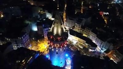 İstanbul'da Galata Kulesi ile köprüler mavi ve turuncuya büründü