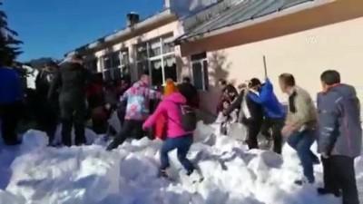 bolat - Uludağ'da çatıdaki kar kütlesi vatandaşların üzerine düştü (7) - BURSA