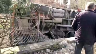 - Beylikdüzü'nde freni boşalan hafriyat kamyonu bahçe duvarına devrildi