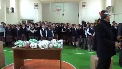 Elazığ'da 10 ilçedeki okullara spor malzemesi desteği