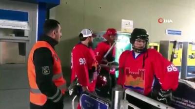 Temizlik işçisi ile antrenman yaptılar... Metrobüse binen buz hokey takımı ilginç görüntüler oluşturdu