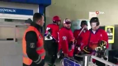 Buz hokeyi takımı antrenmana yetişmek için metrobüse bindi, temizlik işçisi ile antrenman yaptı