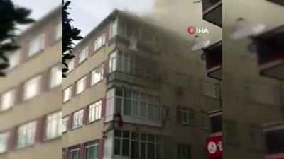 Bahçelievler'de bir evin çatısı alev alev yandı