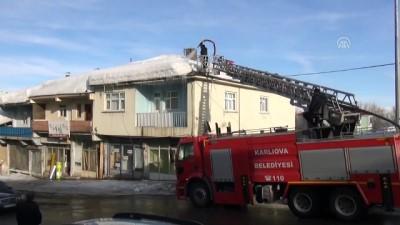 Su sıkarak çatıdaki karı temizliyorlar - BİNGÖL