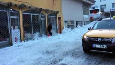 Çatıdan düşen kar kütlesi araca zarar verdi, çatıyı çökertti
