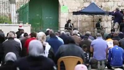 Filistinliler vakit namazını Aksa'nın kapısında kıldı  - KUDÜS