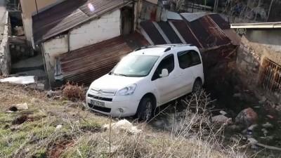mustakil ev - Kontrolden çıkan taksi evin bahçesine girdi - SİVAS