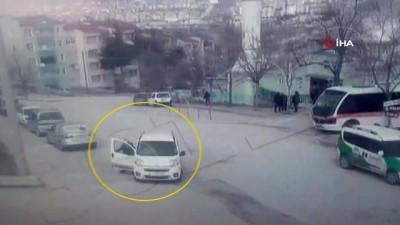 Otomobilin geri manevra yaparken kadına çarptığı anlar kamerada