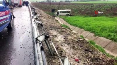 Dolu sebebiyle kayganlaşan yolda minibüs devrildi: 1 ölü 15 yaralı