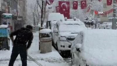 Hakkari'ye Mart ayında kar sürprizi...Lapa lapa kar yağdı, kent beyaza büründü