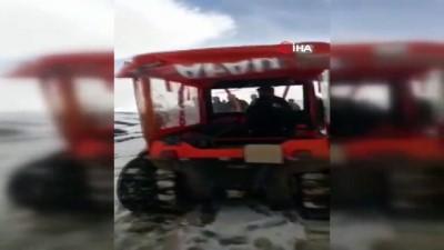Kar ve çamurla kaplı yolda cenaze amfibik aracıyla mezarlığa nakledildi
