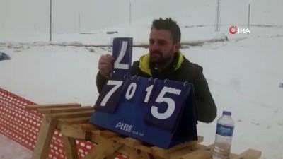 Çaldıran'da kar altında voleybol keyfi