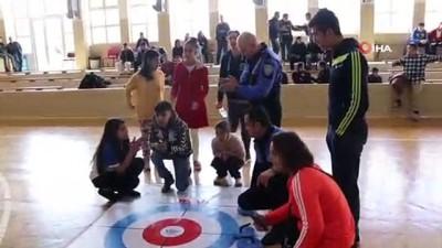 Polis abla ve ağabeyleri, engelli çocuklarla 'floor curling' oynadı