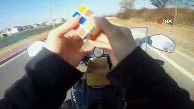 Motosiklet üzerinde rubik küp çözdü, oyun oynadı... O anlar kamerada