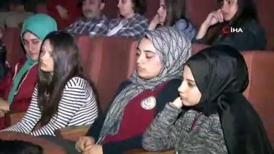 """Arnavutköy'de sahnelenen """"Çanakkale Vatan Sağolsun"""" isimli tiyatro oyunu izleyenlere duygusal anlar yaşattı"""