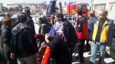 Dumanların sardığı binadaki 5 kişiyi itfaiye ekipleri kurtardı