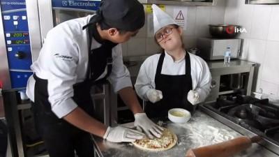 ogretmen -  Down sendromlu çocuklardan özel pizza