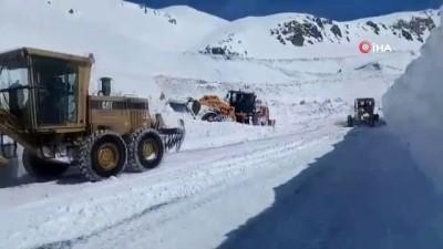 Kar savaşçılarının zorlu mesaisi...Van-Bahçesaray yolunu açık tutmak için 7/24 görev başında