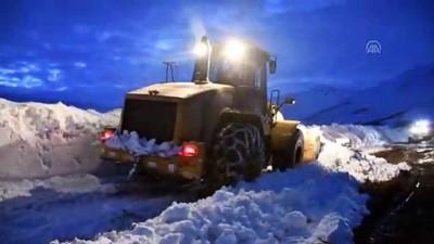 İki metreyi aşan karla dört gündür mücadele ediyorlar - AĞRI