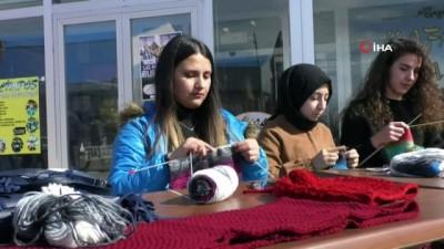 Kars'ta üniversite öğrencileri ilmik ilmik sevgi örüyor