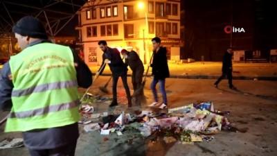 Öğrenciler temizlik işçileri ile sokak süpürdü, çöp topladı