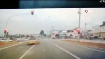 Pikabın kırmızı ışıkta geçerek otomobile çarptığı anlar kamerada