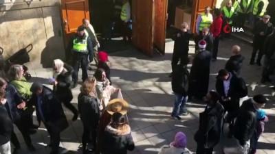 """cami imami -  - Stockholm'de cuma namazı çıkışı 'Dostluk Zinciri"""" oluşturuldu"""