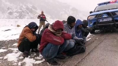 Donma tehlikesi geçiren düzensiz göçmenleri Mehmetçik kurtardı - ERZİNCAN