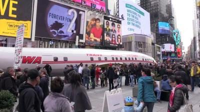 Eski uçak gövdesi Times Meydanı'nda - NEW YORK Video