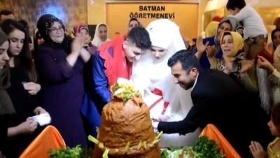 Müslüman olan Alman gelin pasta yerine çiğ köfte kesti - BATMAN