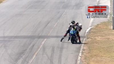 Pilotlar motosiklet yarışında yumruklu kavgaya tutuştu