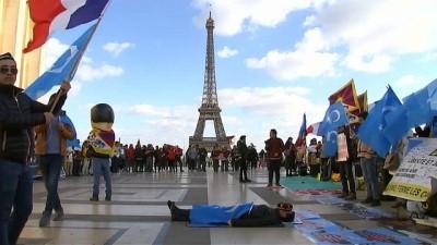 Video: Yüzlerce Uygur ve Tibetli, Çin lideri Şi Cinping'in Macron'u ziyaretini protesto etti