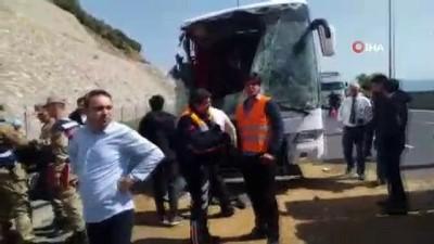kurtarma ekibi -  Gaziantep'te yolcu otobüsü buğday yüklü tıra çarptı: 20 yaralı