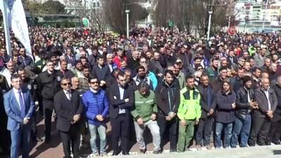 """Kocaeli'de maaşları artan belediye işçileri """"Para bizde"""" şarkısıyla göbek attı"""