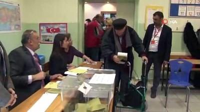 oy kullanimi -  - 90 yaşındaki iş adamı Demir Karamancı oyunu kullandı