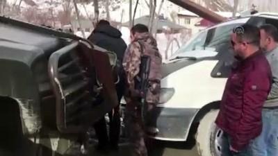ozel harekat polisleri - Yolda mahsur kalan kamyoneti, polisler kurtardı - HAKKARİ