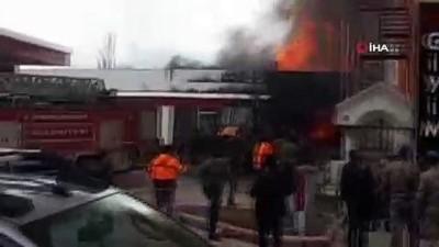 Akaryakıt istasyonunda yangın çıktı... Yangının tanklara ulaşmaması için mücadele veriliyor