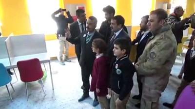 Belediye başkan adayı okula kütüphane kazandırdı - HAKKARİ