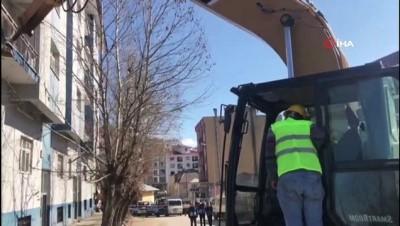 İş makinesinin direksiyonuna geçen Vali Sonel, 40 yıllık riskli binanın yıkımını başlattı