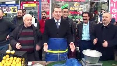 AK Parti Zeytinburnu Adayı Ömer Arısoy pazarcı önlüğünü giyerek satış yaptı