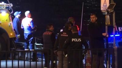 Eminönü'nde denize düşen pikap çıkarıldı - İSTANBUL