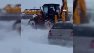 Yoğun kar yağışı ve tipi yolu kapattı, cenazeye giden 55 kişi yolda mahsur kaldı