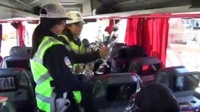 Kadın sürücüler trafik polisleri tarafından karanfillerle karşılandı