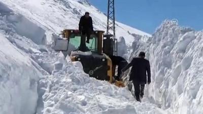 cig dusmesi - Yolları açmak için 5 metrelik karla mücadele ediyorlar - HAKKARİ
