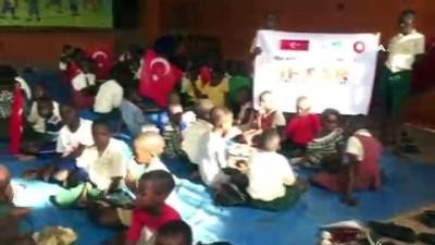 Afrika'da yetimlere iftar yemeği