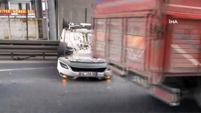 Beylikdüzü E-5 Güzelyurt Mevkii'nde direksiyon hakimiyetini kaybeden bir otomobil sürücüsü önce iki araca çarptı, ardından takla attı. Kazada sürücü yaralanırken, bölgede trafik yoğunluğu oluştu.