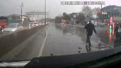 Kaza yapan kamyonetteki bebek yola böyle fırladı