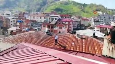 Megafon ile çatıya çıktı, intihar girişiminde bulundu