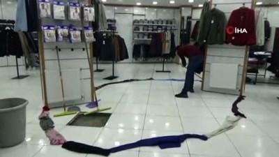 su taskini -  Yüksekova iş yerine su basınca elbiselerle önlem aldı