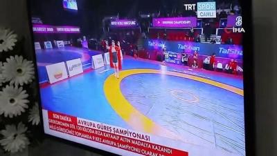Milli güreşçi Kayaalp'in ailesi şampiyonluk maçını heyecanla izledi